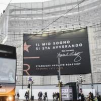 Manifesti in piazza Cordusio a Milano